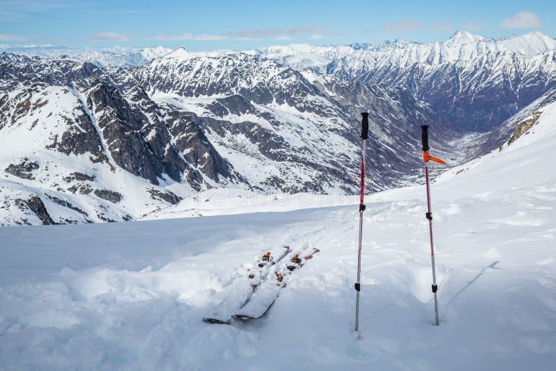 Οργάνωση σκι και πόλων κοντά στην κορυφή ενός βουνού που αγνοεί τη backcountry να κάνει σκι περιοχή κοντά στο πέρασμα Hatcher, Αλ στοκ φωτογραφίες με δικαίωμα ελεύθερης χρήσης