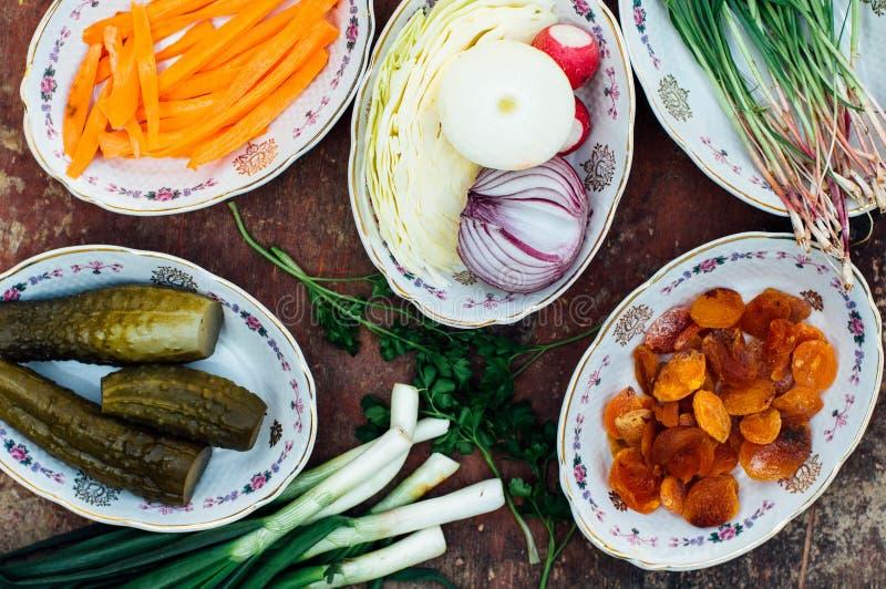 Οργανικά λαχανικά στο ξύλο Σύνθεση των οργανικών veggies στο α στοκ εικόνα
