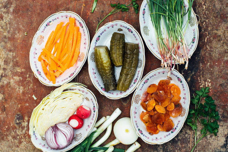 Οργανικά λαχανικά στο ξύλο Σύνθεση των οργανικών veggies στο α στοκ εικόνα με δικαίωμα ελεύθερης χρήσης