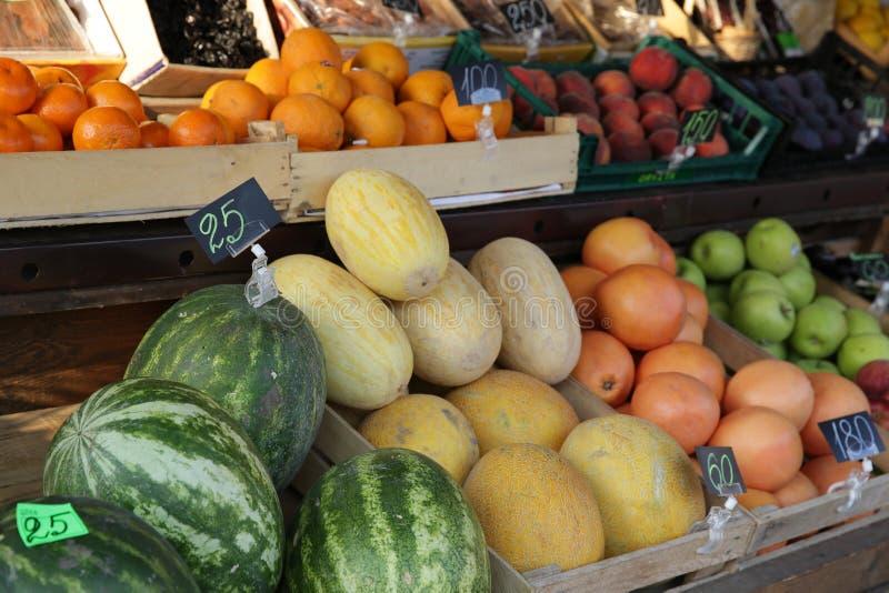 Οργανικά διαφορετικά φρέσκα φρούτα και λαχανικά στην επίδειξη στην αγορά στοκ φωτογραφία
