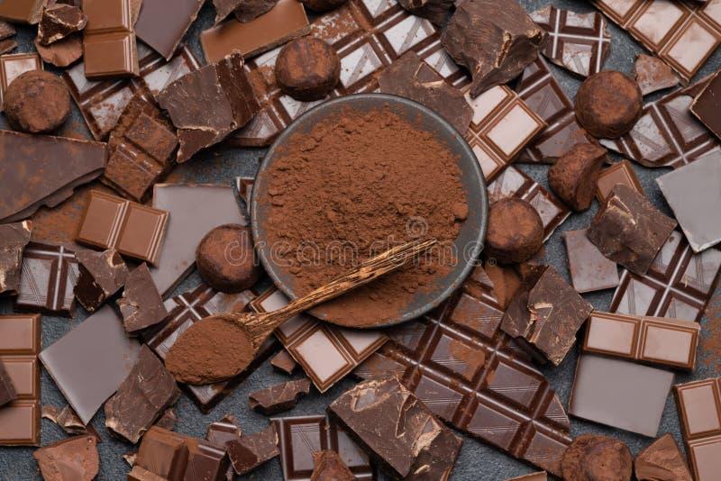 Οργανικά κομμάτια σοκολάτας σκοταδιού ή γάλακτος, σκόνη κακάου και κα στοκ φωτογραφίες με δικαίωμα ελεύθερης χρήσης