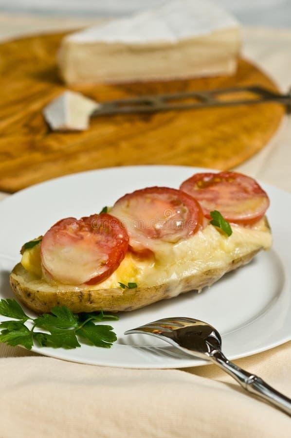 Οργανικά, τοπικά, φρέσκα δέρματα πατατών με το αυγό, την ντομάτα και brie στοκ φωτογραφία