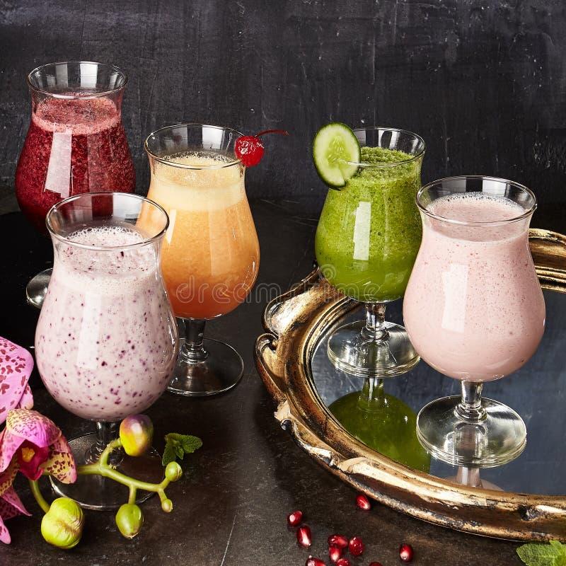 Οργανικά υγιή διάφορα ποτά καταφερτζήδων φρούτων στοκ φωτογραφία με δικαίωμα ελεύθερης χρήσης