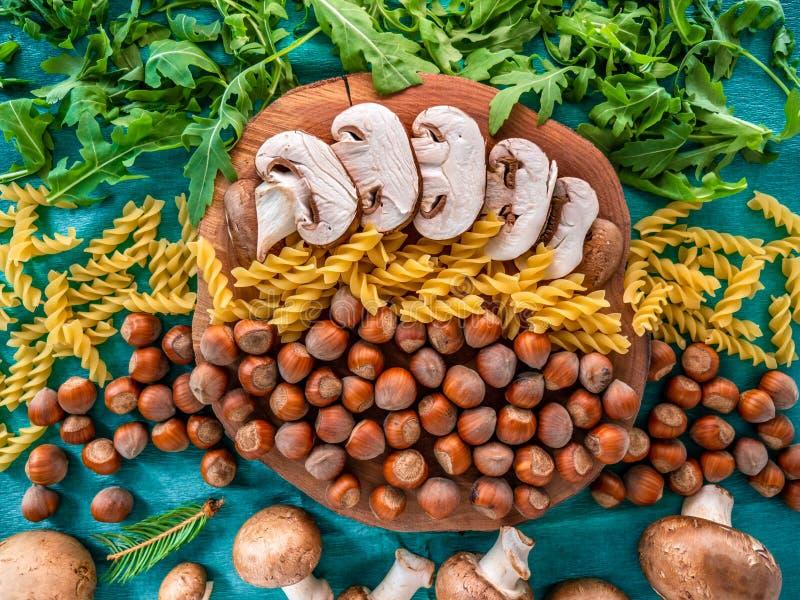 Οργανικά φυσικά συστατικά τροφίμων φθινοπώρου στο πράσινο υπόβαθρο στοκ φωτογραφία με δικαίωμα ελεύθερης χρήσης