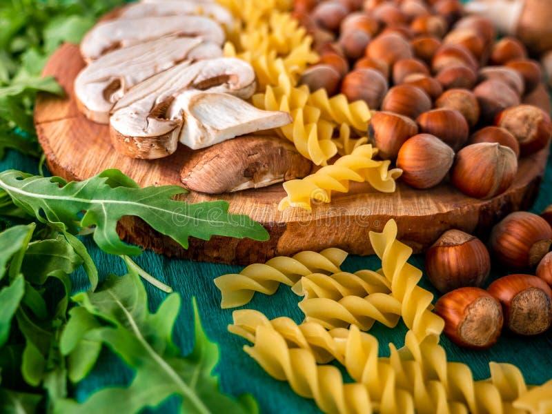 Οργανικά φυσικά συστατικά τροφίμων φθινοπώρου στο πράσινο υπόβαθρο στοκ εικόνες