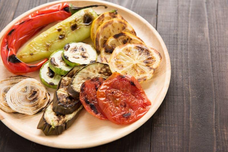 Οργανικά ψημένα στη σχάρα λαχανικά με τα pappers στο ξύλινο υπόβαθρο στοκ εικόνες με δικαίωμα ελεύθερης χρήσης