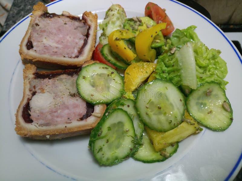 Οργανική φρέσκια σαλάτα με το χοιρινό κρέας Τουρκία και hock ζαμπόν την πίτα στοκ εικόνα με δικαίωμα ελεύθερης χρήσης