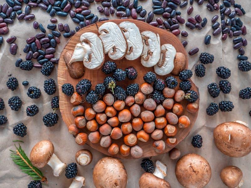 Οργανικό αγρόκτημα superfoods στο φυσικό υπόβαθρο στοκ εικόνες