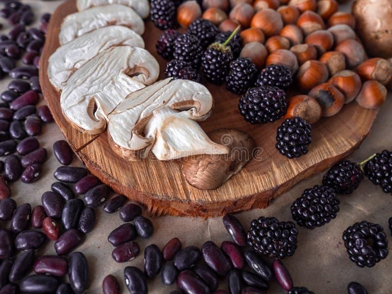 Οργανικό αγρόκτημα superfoods στο φυσικό υπόβαθρο στοκ εικόνες με δικαίωμα ελεύθερης χρήσης