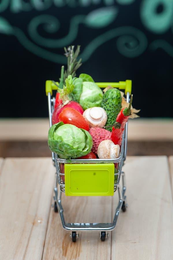 Οργανικό βιο νωποί καρποί ή λαχανικό στο κάρρο αγορών, υγιής κατανάλωση, ποτά, διατροφή και detox στοκ φωτογραφία με δικαίωμα ελεύθερης χρήσης