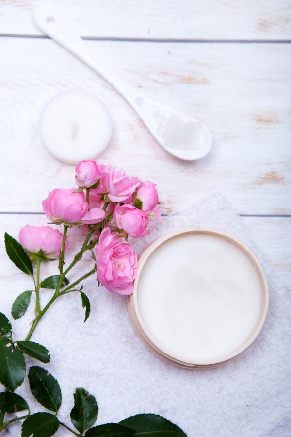 Οργανικό καλλυντικό με ροδαλό και το δοχείο της ενυδατικής κρέμας προσώπου στο άσπρο υπόβαθρο στοκ φωτογραφία με δικαίωμα ελεύθερης χρήσης