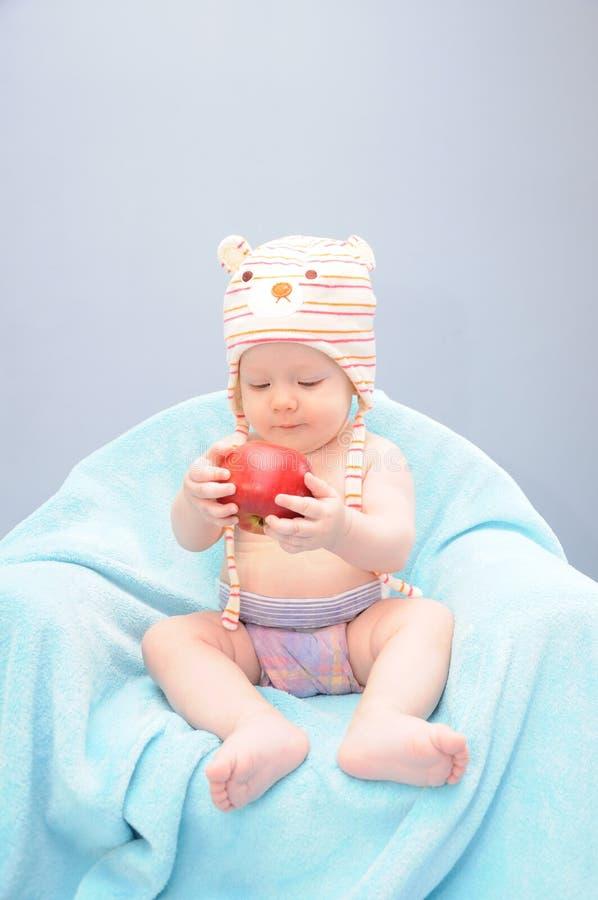 Οργανικό μήλο λαβής κοριτσάκι στοκ εικόνες