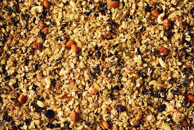 Οργανικό σπιτικό ψημένο granola με τα καρύδια και τις σταφίδες στο φύλλο ψησίματος Τρόφιμα για το υπόβαθρο γεύματος προγευμάτων,  στοκ εικόνες