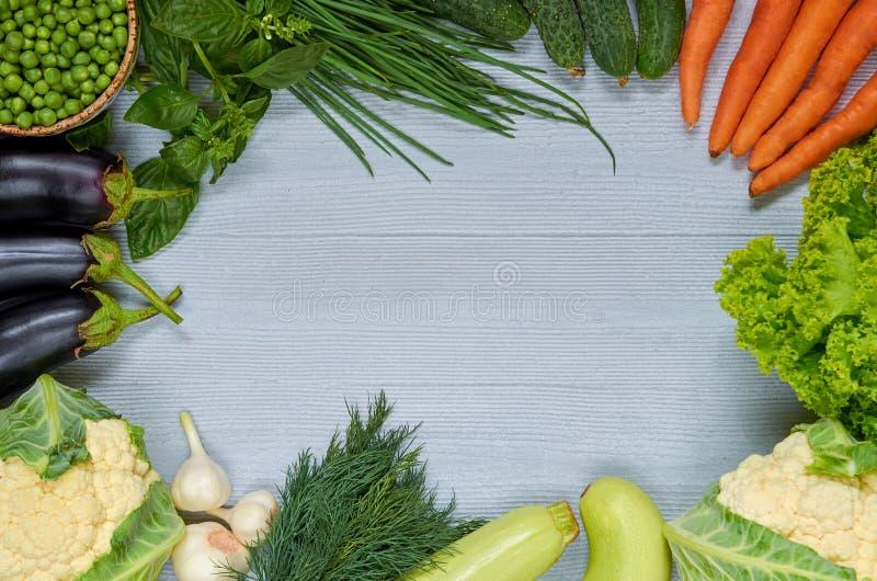 Οργανικό φυτικό υπόβαθρο με το ελεύθερο διάστημα αντιγράφων για το κείμενο στο κέντρο Ακατέργαστα συστατικά για το χορτοφάγο rago στοκ φωτογραφίες με δικαίωμα ελεύθερης χρήσης