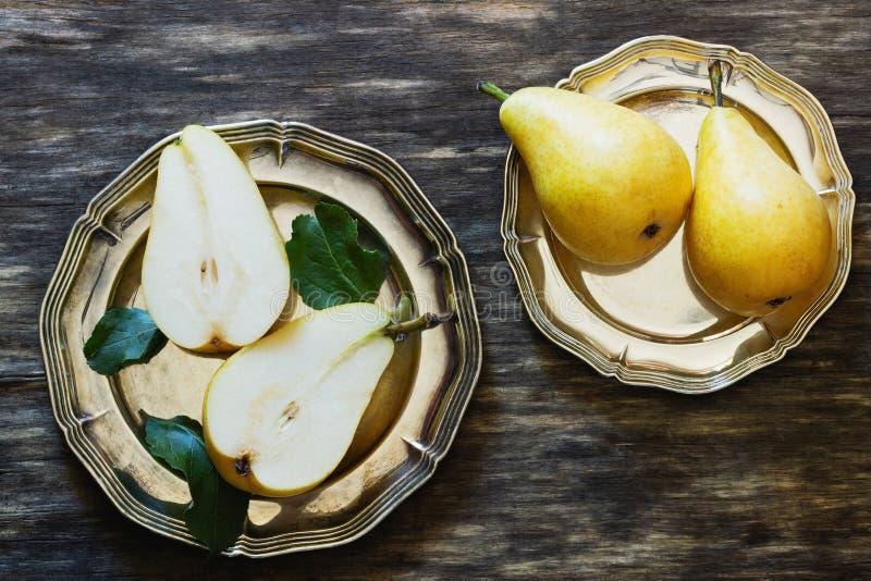 Οργανικό ώριμο αχλάδι στο εκλεκτής ποιότητας πιάτο στοκ φωτογραφία με δικαίωμα ελεύθερης χρήσης