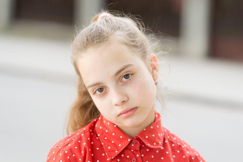 Οργανικό skincare Λατρευτό μικρό κορίτσι με το υγιές νέο δέρμα προσώπου Βλέμμα ομορφιάς λίγου προτύπου skincare Παιδιών στοκ φωτογραφία με δικαίωμα ελεύθερης χρήσης