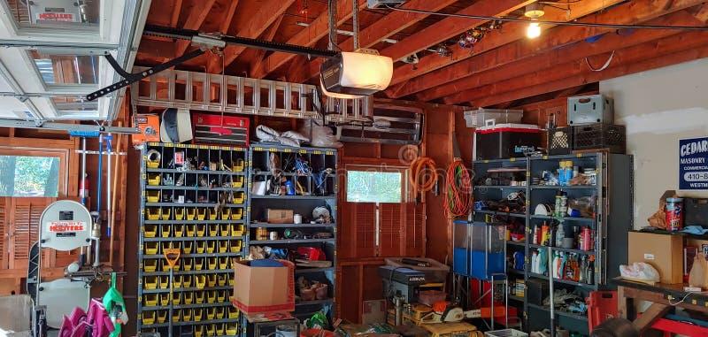 Οργανωμένος χώρος εργασίας σε γκαράζ στοκ εικόνα