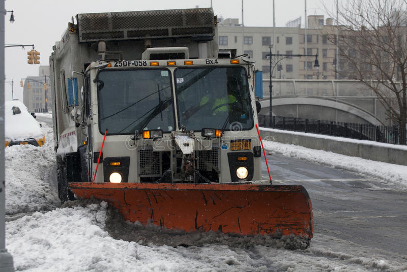 Οργώνοντας χιόνι φορτηγών υγιεινής NYC στο Bronx στοκ εικόνες με δικαίωμα ελεύθερης χρήσης