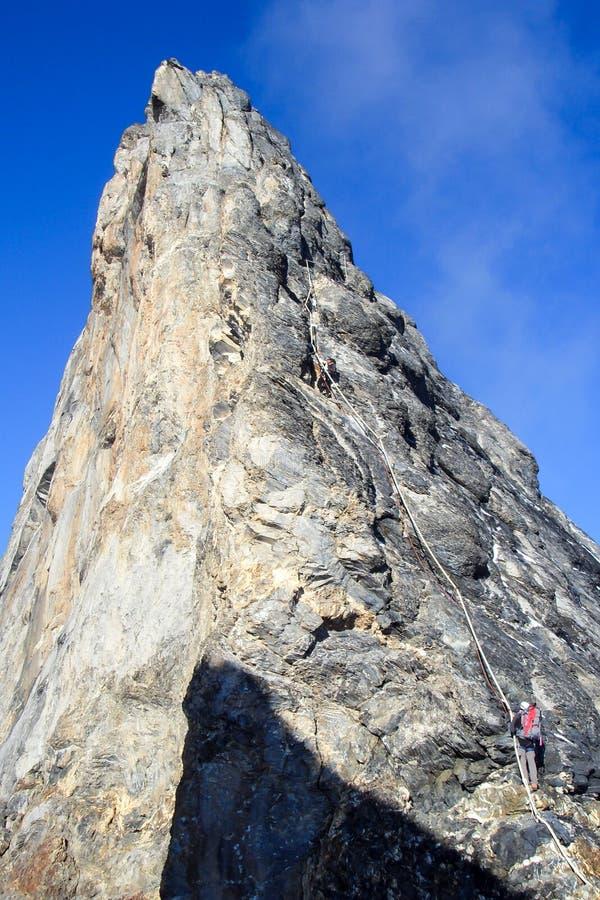Ορειβάτες βουνών στη διάσημη κορυφογραμμή Mittellegi του βουνού Eiger κοντά σε Grindelwald στις ελβετικές Άλπεις στοκ φωτογραφία
