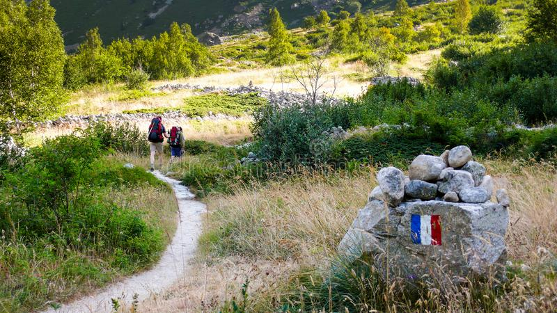 Ορειβάτες και οδοιπόροι βουνών σε ένα ίχνος στις γαλλικές Άλπεις στοκ φωτογραφίες