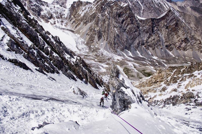 Ορειβάτες στη διαδρομή, το άτομο στο φωτεινό nea στάσης σακακιών στοκ φωτογραφίες