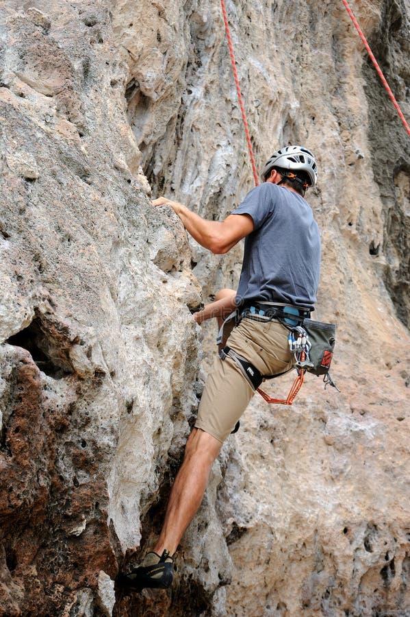 Ορειβάτης ατόμων που προσκολλάται σε έναν απότομο βράχο στοκ εικόνες με δικαίωμα ελεύθερης χρήσης