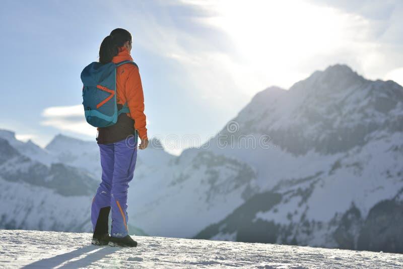 Ορειβάτης βουνών που αναρριχείται σε μια χιονώδη κορυφογραμμή στοκ φωτογραφίες