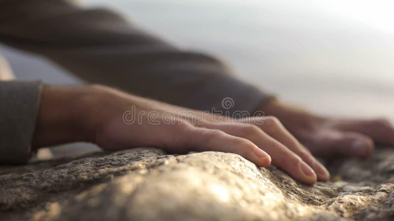 Ορειβάτης βουνών που φθάνει στην κορυφή, που αναρριχείται στο βράχο, επιχείρηση διάσωσης, ενεργός ελεύθερος χρόνος στοκ φωτογραφίες
