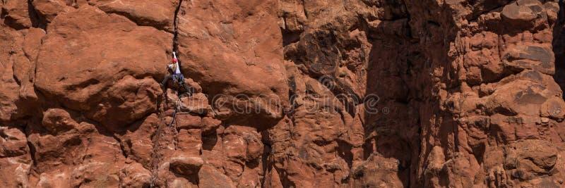 Ορειβάτης βράχου γυναικών στον απότομο βράχο στοκ φωτογραφία με δικαίωμα ελεύθερης χρήσης