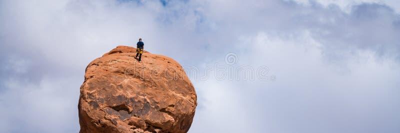 Ορειβάτης βράχου πάνω από ένα hoodoo, Γιούτα στοκ φωτογραφία με δικαίωμα ελεύθερης χρήσης