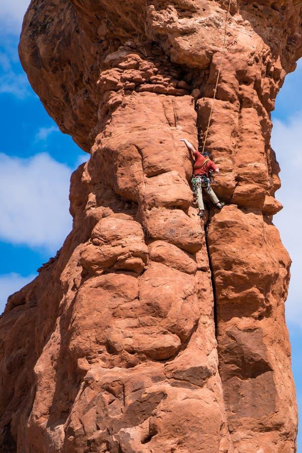 Ορειβάτης βράχου πάνω από ένα hoodoo, Γιούτα στοκ εικόνες