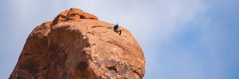 Ορειβάτης βράχου πάνω από ένα hoodoo, Γιούτα στοκ εικόνες με δικαίωμα ελεύθερης χρήσης