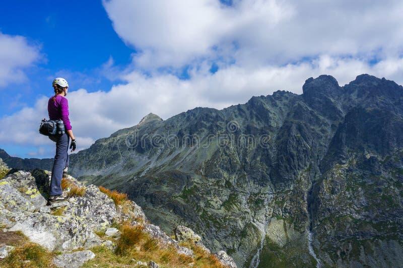 Ορειβάτης γυναικών με το κράνος στοκ φωτογραφία με δικαίωμα ελεύθερης χρήσης