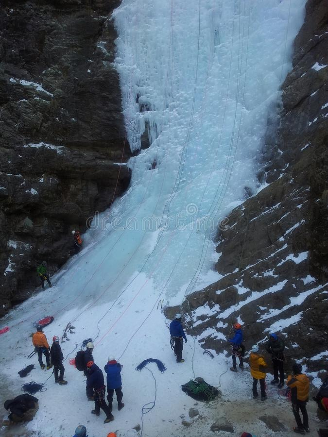 Ορειβάτης πάγου που αναρριχείται στο παγωμένο νερό του καταρράκτη kangchon στοκ εικόνες