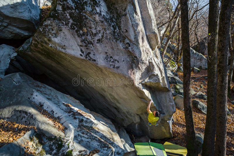 Ορειβάτης σε έναν γρανίτη highball στοκ εικόνες