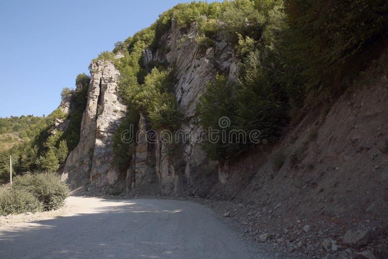 Ορεινός δρόμος που οδηγεί στο χωριό Lahic στην περιοχή Ismayilli του Αζερμπαϊτζάν, με αυτοκίνητο στοκ εικόνες