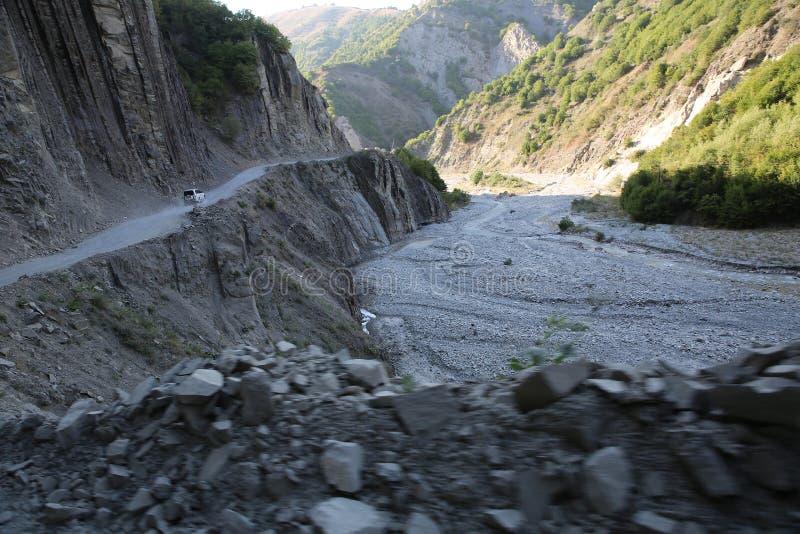 Ορεινός δρόμος που οδηγεί στο χωριό Lahic στην περιοχή Ismayilli του Αζερμπαϊτζάν, με αυτοκίνητο στοκ φωτογραφία