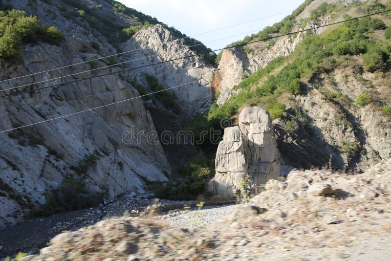 Ορεινός δρόμος που οδηγεί στο χωριό Lahic στην περιοχή Ismayilli του Αζερμπαϊτζάν, με αυτοκίνητο στοκ φωτογραφία με δικαίωμα ελεύθερης χρήσης