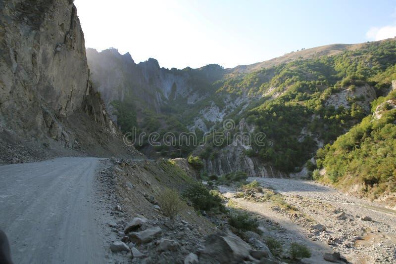 Ορεινός δρόμος που οδηγεί στο χωριό Lahic στην περιοχή Ismayilli του Αζερμπαϊτζάν, με αυτοκίνητο στοκ εικόνα