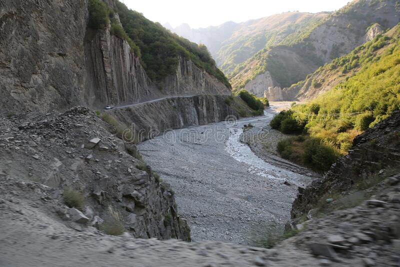 Ορεινός δρόμος που οδηγεί στο χωριό Lahic στην περιοχή Ismayilli του Αζερμπαϊτζάν, με αυτοκίνητο Ορεινές πέτρες στοκ εικόνες με δικαίωμα ελεύθερης χρήσης