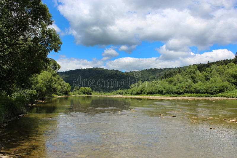 Ορεινός ποταμός ταχύτητας στα Καρπάθια βουνά στοκ εικόνες