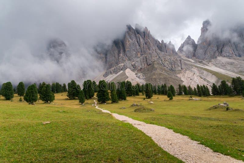 Ορεινός όγκος puez-Odle στους δολομίτες πλησίον επάνω από την κοιλάδα του Val Gardena με το λιβάδι, το ίχνος πεζοπορίας, τις αιχμ στοκ φωτογραφίες