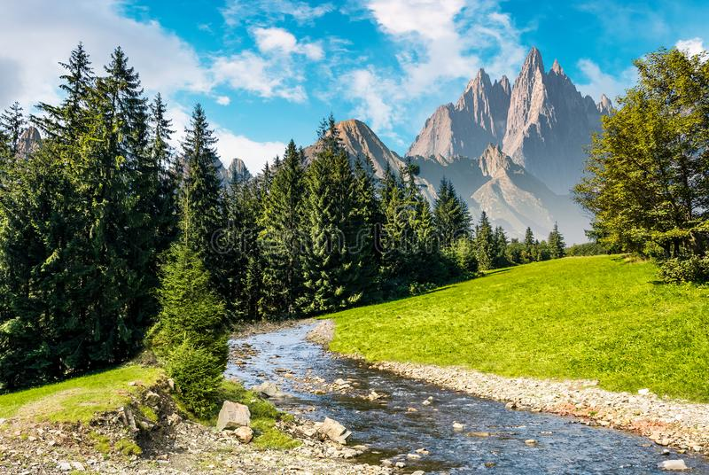 Ορεινό θερινό τοπίο παραμυθιού στοκ φωτογραφίες