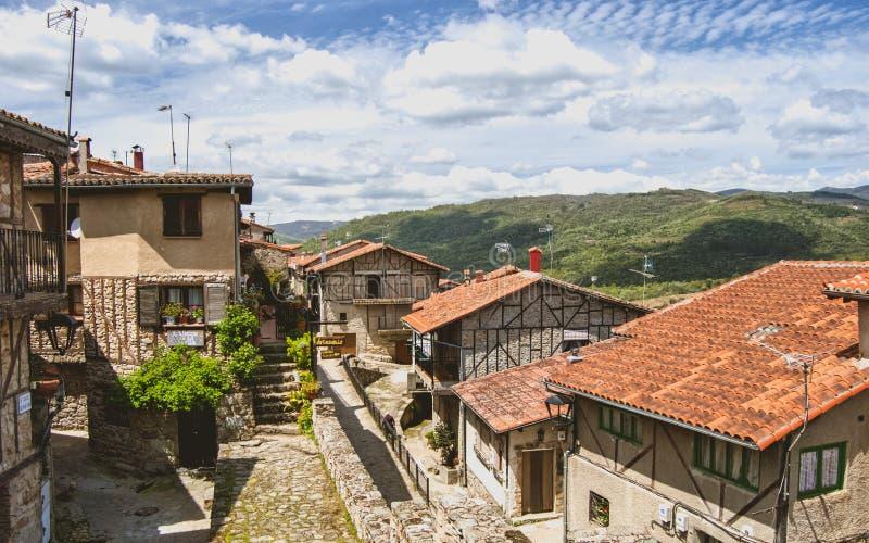 Ορεινό χωριό στην Ισπανία με τις όμορφες θέες βουνού στοκ φωτογραφία με δικαίωμα ελεύθερης χρήσης