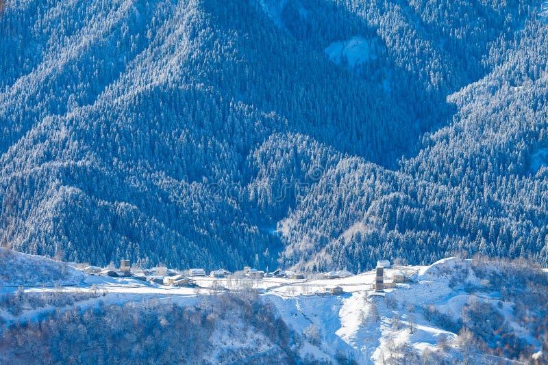 Ορεινό χωριό στη χιονώδη κλίση σε Καύκασο στοκ εικόνα με δικαίωμα ελεύθερης χρήσης