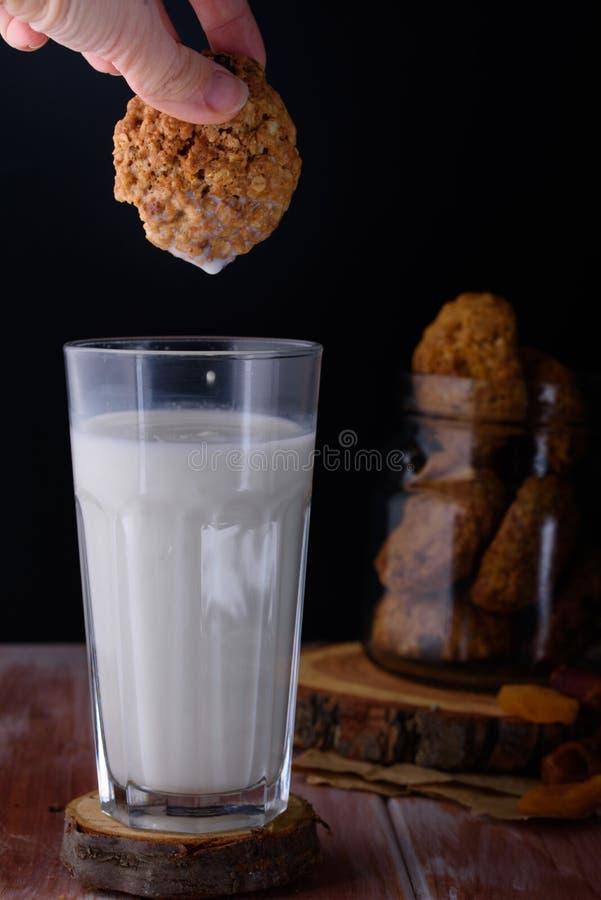 Ορεκτικά και νόστιμα oatmeal μπισκότα με τις σταφίδες και γάλα στο α στοκ φωτογραφίες με δικαίωμα ελεύθερης χρήσης