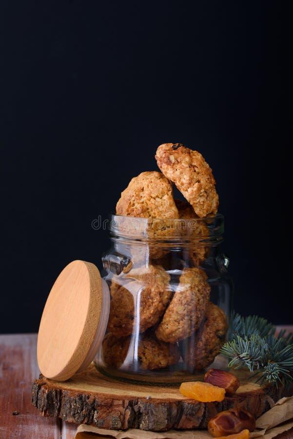 Ορεκτικά και νόστιμα oatmeal μπισκότα με τις σταφίδες και γάλα στο α στοκ εικόνες με δικαίωμα ελεύθερης χρήσης
