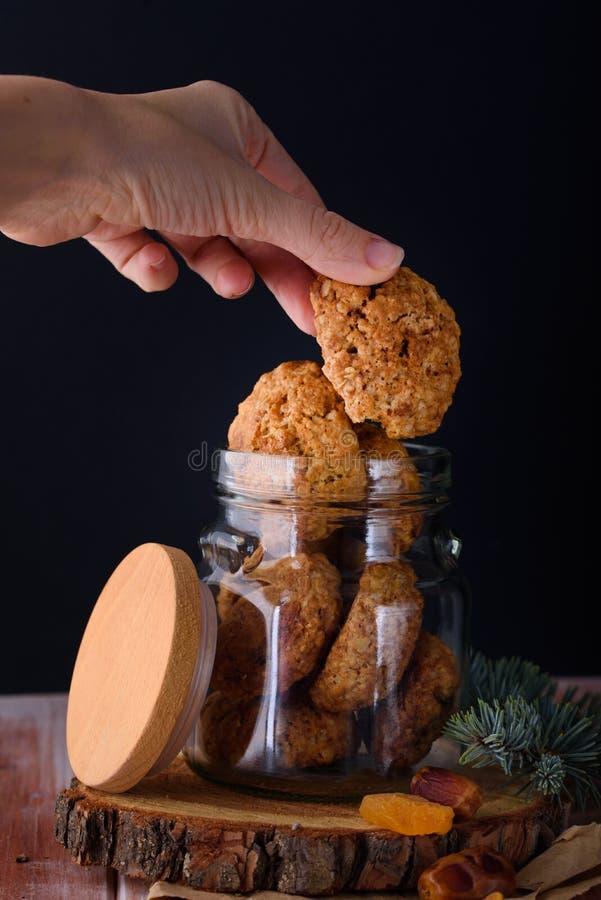 Ορεκτικά και νόστιμα oatmeal μπισκότα με τις σταφίδες και γάλα στο α στοκ εικόνα