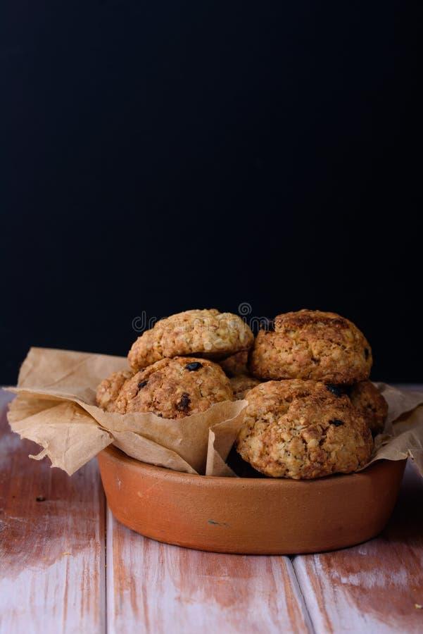 Ορεκτικά και νόστιμα oatmeal μπισκότα με τις σταφίδες και γάλα στο α στοκ φωτογραφίες