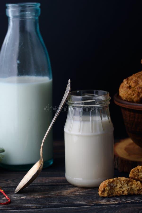 Ορεκτικά και νόστιμα oatmeal μπισκότα με τις σταφίδες και γάλα στο α στοκ εικόνες